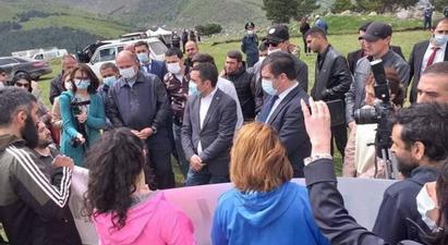 Լոռու մարզում մի խումբ բնապահպաններ բողոքի խաղաղ ակցիա անցկացրին ընդդեմ բացհանքերի շահագործման   |armenpress.am|