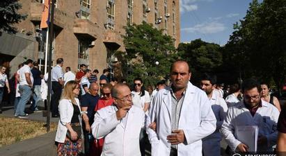 Բժիշկները ՀՔԾ-ի դիմաց բողոքի ակցիա են անցկացրել ի պաշտպանություն Արմեն Չարչյանի |armenpress.am|