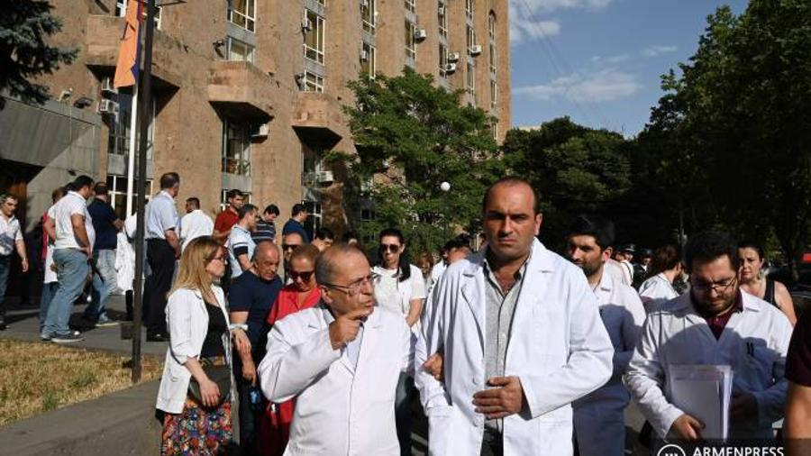 Doctors held a protest in front of the SIS in defense of Armen Charchyan