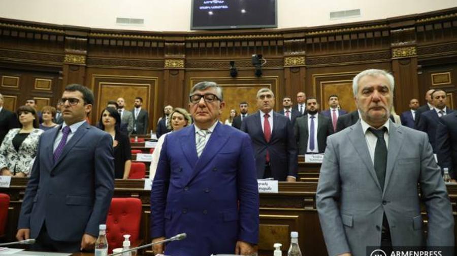 ՀՀ ԱԺ-ն մեկ րոպե լռությամբ հոտնկայս հարգեց եզդիների ցեղասպանության անմեղ զոհերի հիշատակը   |armenpress.am|