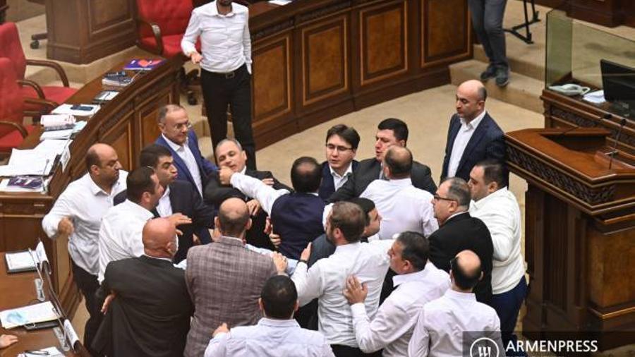 ԱԺ-ում ընդմիջման ժամանակ «Հայաստան» և ՔՊ խմբակցության պատգամավորների միջև ծեծկռտուք է տեղի ունեցել |armenpress.am|