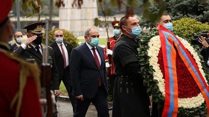 Նիկոլ Փաշինյանը հարգանքի տուրք է մատուցել Թբիլիսիի «Հերոսների» հրապարակում