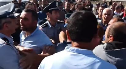 Գեղարքունիքի մարզի Գեղամասար համայնքի բնակիչները փակել են Վարդենիս-Սոթք ճանապարհը. նրանք դեմ են համայնքների խոշորացմանը և պահանջում են լուծել սահմանի անվտանգության խնդիրը  tert.am 