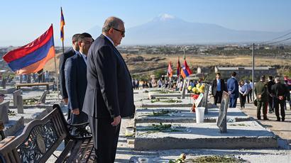 ՀՀ նախագահը «Եռաբլուր» պանթեոնում հարգանքի տուրք է մատուցել Հայրենիքի անկախության ու պաշտպանության համար զոհված հերոսների հիշատակին