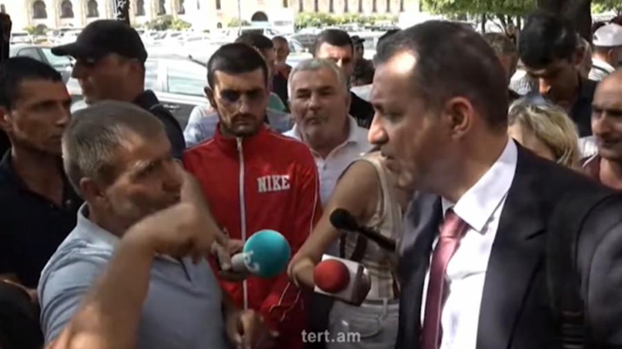 Վահան Քերոբյանը զրուցել է Կառավարության շենքի դիմաց բողոքի ակցիա անող խաղողագործների հետ |tert.am|