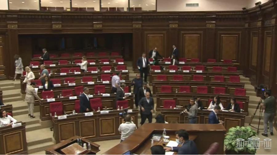 ԱԺ-ն արտահերթ նիստում քննարկում է համայնքների խոշորացման հարցը․ ընդդիմադիր խմբակցությունները լքել են նիստերի դահլիճը