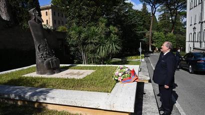 Նախագահ Սարգսյանը ծաղիկներ է խոնարհել Վատիկանի պարտեզներում վեր խոյացող Սուրբ Գրիգոր Նարեկացու արձանին