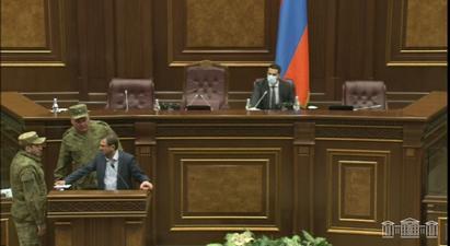 Անվտանգության աշխատակիցները ԱԺ ամբիոնից հեռացրին Գեղամ Մանուկյանին․ նիստն ընդմիջվեց