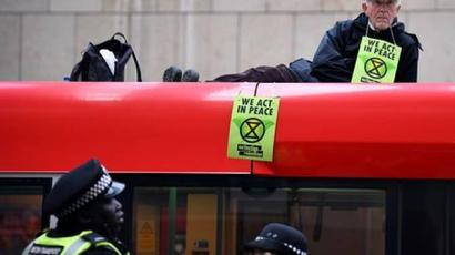 Բնապահպանական կազմակերպության ակտիվիստները շրջափակել են Լոնդոնի ֆոնդային բորսայի մուտքը  armenpress.am 
