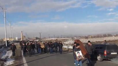 Մահացած զինծառայողի հարազատներին ոստիկանները թույլ չեն տալիս գալ Երեւան, մայրուղին փակ է. Ուղիղ   news.am 