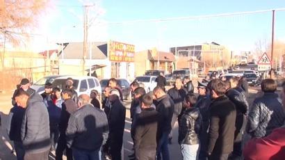 Անասնապահները բացել են Վարդենիս-Երևան ավտոճանապարհը և սպասում են ԱԺ-ում Փաշինյանի ելույթին  armenpress.am 